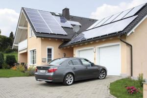 Szép kiosztású tető napelemekkel