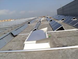 Napelemes erőmű lapos tetőre telepítve