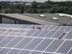Napelem erőmű gyártetőre telepítve