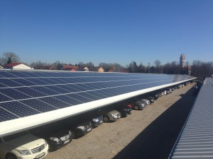 Napelemek elhelyezése reptéri carport tetőn