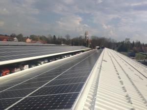 Napelemek erőmű elhelyezése reptéri carport tetőn